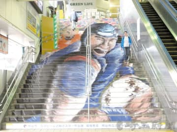 ラグビーW杯日本大会の機運醸成のため設置された階段アート=熊谷駅正面口