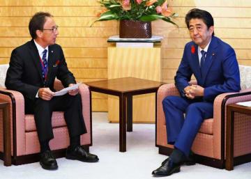 首相官邸で会談する安倍首相(右)と玉城デニー沖縄県知事=12日午後