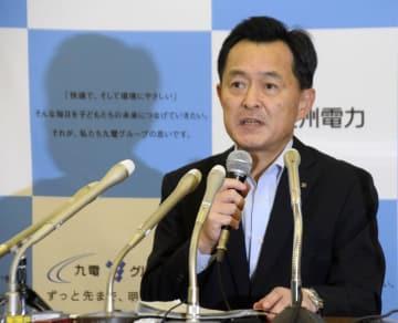 再生可能エネルギーの出力制御について説明する九州電力の担当者=12日、福岡市