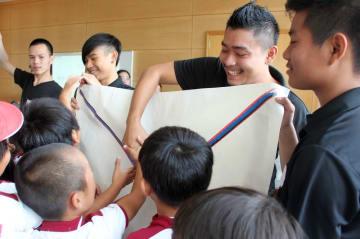 学生と児童が相浦地区について学んだ交流授業=佐世保市立相浦小