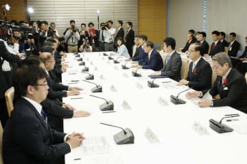 首相官邸で開かれた外国人の受け入れ拡大に向けた関係閣僚会議=12日