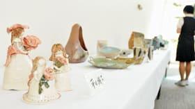 来院者の目を楽しませている新日鉄室蘭陶芸部OB会の作陶展