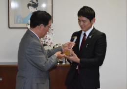 鈴木市長に受賞を報告する和知さん(右)