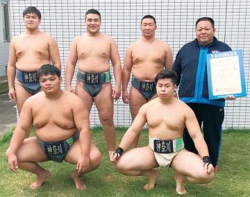 史上初の準優勝を果たした神奈川県チーム(上段左から時計回りに津田君(中堅)、チョイジル君(二陣)、ダライ君(副将)、岸田監督、中村君(大将)、松村君(先鋒)=チーム提供