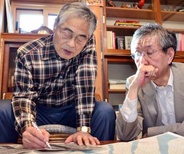 広島市の地図を広げ、叶真幹館長に被爆体験を話す三田健二郎さん(左)=12日、盛岡市館向町