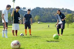 広々としたゴルフ場でフットゴルフを楽しむ利用客=三田市上本庄、三田SYSゴルフリゾート