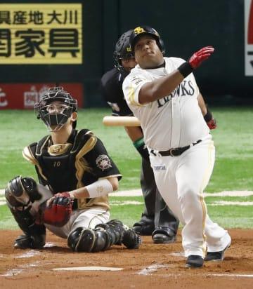 ソフトバンク1回無死、デスパイネが右越えに勝ち越しの満塁本塁打を放つ。捕手清水=ヤフオクドーム