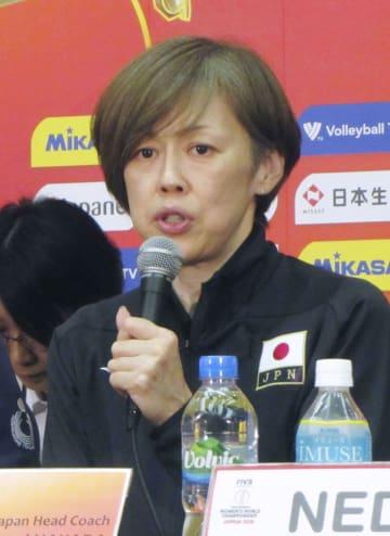 バレーボール女子の世界選手権3次リーグを前に、記者会見する日本の中田久美監督=13日、名古屋市