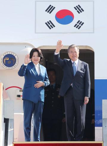 ソウル近郊の空港から欧州諸国歴訪へ出発する韓国の文在寅大統領(右)=13日(聯合=共同)