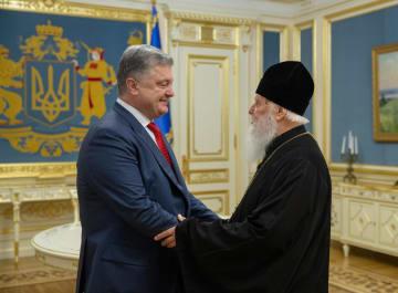 11日、ウクライナ・キエフで会談したポロシェンコ大統領(左)とウクライナ正教会のフィラレト・キエフ総主教(タス=共同)