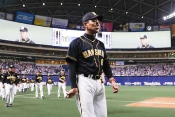最終戦を制し、グラウンドを後にする阪神の金本知憲監督=13日、ナゴヤドーム