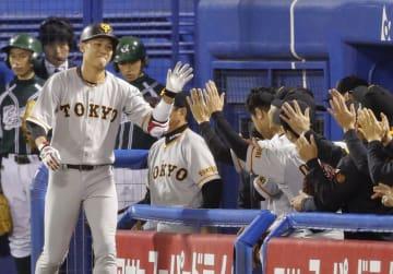 3回、本塁打を放ち、ナインに迎えられる巨人・坂本勇=神宮