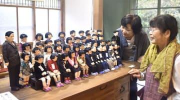 【懐かしい昭和の光景を人形で表現した作品=伊勢市横輪町の木間々な美術館で】