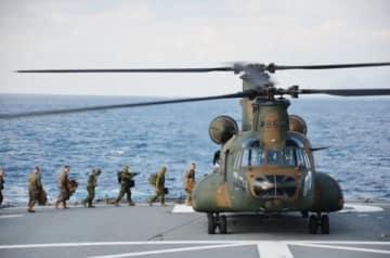 離島奪還作戦へ向け、陸上自衛隊のCH47大型輸送ヘリコプターに乗り込む米海兵隊員ら=海上自衛隊の輸送艦「おおすみ」甲板