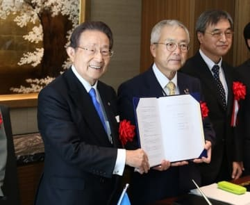 協定書に調印した南会長(左)と長崎大の河野学長=長崎県西海市、オリーブベイホテル