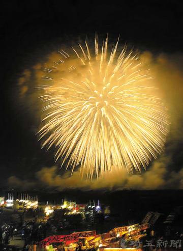 こうのす花火大会で打ち上げられた四尺玉=13日夜、鴻巣市糠田の糠田運動場