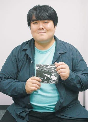 大学在学中に制作に取りかかった作品「エス・オー・エス」を手に取る澤部さん(上)とスカートのライブ風景(下)