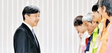 大会ボランティアと交流される皇太子さま=10月13日、福井県の勝山市体育館ジオアリーナ
