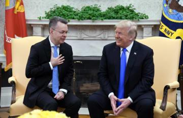 米ワシントンのホワイトハウスで、ブランソン牧師(左)と面会するトランプ大統領=13日(UPI=共同)