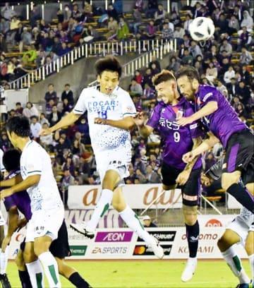 後半ロスタイム、FKのチャンスに徳島の佐藤<18>が頭で合わせるもゴールならず=京都市の西京極総合運動公園陸上競技場