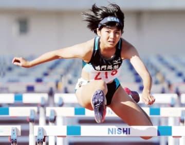 女子100メートル障害決勝 14秒38の好記録で優勝した鳴門渦潮の藤本=鳴門ポカリスエットスタジアム