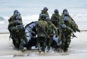 鹿児島県・種子島で米海兵隊との共同訓練を行う陸上自衛隊の水陸機動団=14日午前