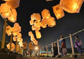 夜空を幻想的に照らすランタン=13日午後5時55分、那須烏山市田野倉