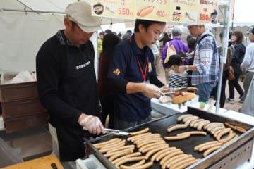 習志野ソーセージのスモークウインナーなどが販売されにぎわったドイツフェア=習志野市