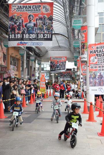 キックバイクで競い合う子どもたち