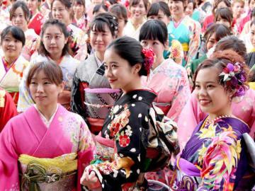 堀田真由さん(前列中央)と一緒に記念撮影する着物姿の女性たち=長浜市元浜町・大通寺