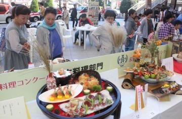 若手料理人の鮮やかな作品が並んだ「長崎食の博覧会」=JR長崎駅かもめ広場