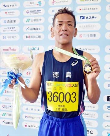 陸上男子200メートルで金メダルを獲得した上西さん=福井市の9・98スタジアム