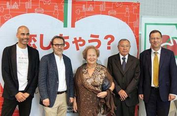 「イタリア・アモーレ・ミオ!」の大阪初開催に向け準備を進める在日イタリア商工会議所のファントーニ事務局長(左端)ら=大阪市北区のうめきたSHIPホール