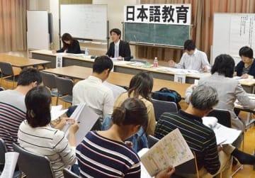 授業の取り組みを報告する教員ら=13日、大阪市淀川区の市立美津島中