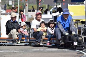 ミニSLの乗車体験を楽しむ子どもたち