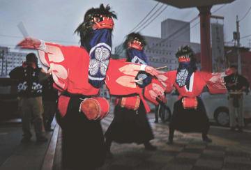 会津地方に春を告げる彼岸獅子。戊辰戦争で1000人もの会津藩兵が、小松獅子団の獅子舞を先頭に城に戻る離れ業を演じた。「会津葵」を身に着けた小松獅子団は、今も家々を巡って家内安全や豊作を願う=会津若松市西栄町