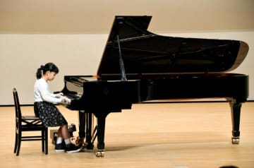 スタインウェイ製ピアノの演奏を楽しむ参加者