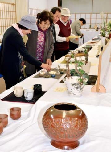 力作がそろった八幡浜陶芸会の陶芸展
