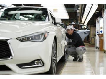 日産自動車栃木工場のラインを流れる輸出ブランド車のインフィニティQ60クーペ