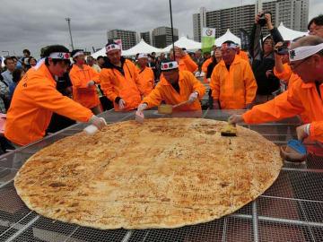 世界一大きい煎餅焼きに挑戦する有志メンバー=13日、印西市