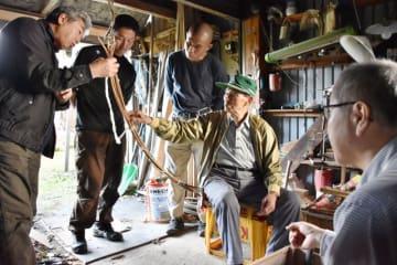 (右から)小野寺聡さん、高橋栄治さんからかんじき作りについて教わる参加者