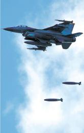 訓練で模擬弾を投下するF16戦闘機
