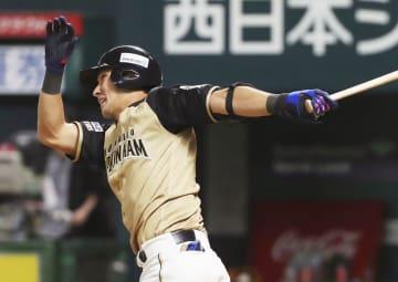 8回日本ハム2死二塁、大田が左越えに勝ち越し二塁打を放つ=ヤフオクドーム