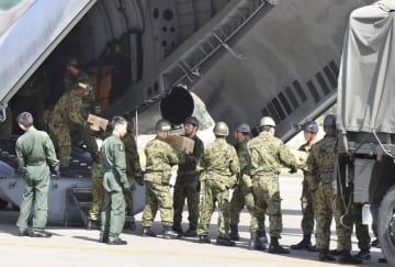 「日米共同統合防災訓練」で、空自機が運んだ物資をトラックに移す自衛隊員ら=14日午後、和歌山県白浜町