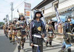 甲冑姿の武者らがかつての宿場町を練り歩き、往時の雰囲気を醸し出した
