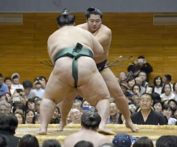大相撲の秋巡業で、関脇逸ノ城関(後ろ姿)と対戦する遠藤関=14日、金沢市