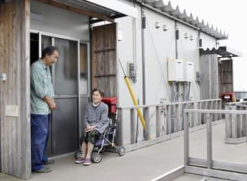 熊本県益城町の仮設住宅で佐藤龍象さん(左)と話す古賀絹枝さん=10日
