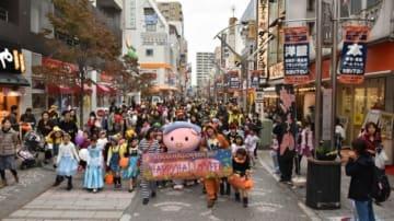 昨年の仮装パレードの様子。(画像: 小田急電鉄の発表資料より)