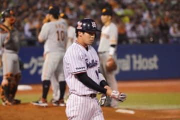 ヤクルト・山田哲人も序盤は凡退したものの、7回にチーム初となる四球を選んだ【写真:荒川祐史】