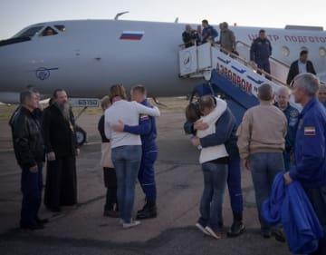 救助された乗組員と抱き合う家族たち(C)NASA / Bill Ingalls